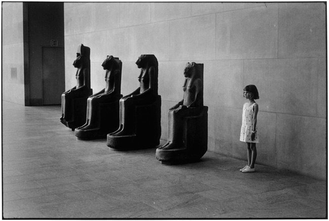 Elliott-Erwitt-USA.-New-York.-Metropolitan-Museum-of-Art.-1988
